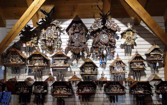 10-34 - Cuckoo clocks